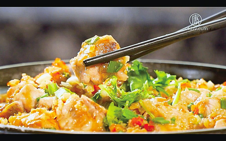 運用泰國香米梅菜排骨煲仔飯