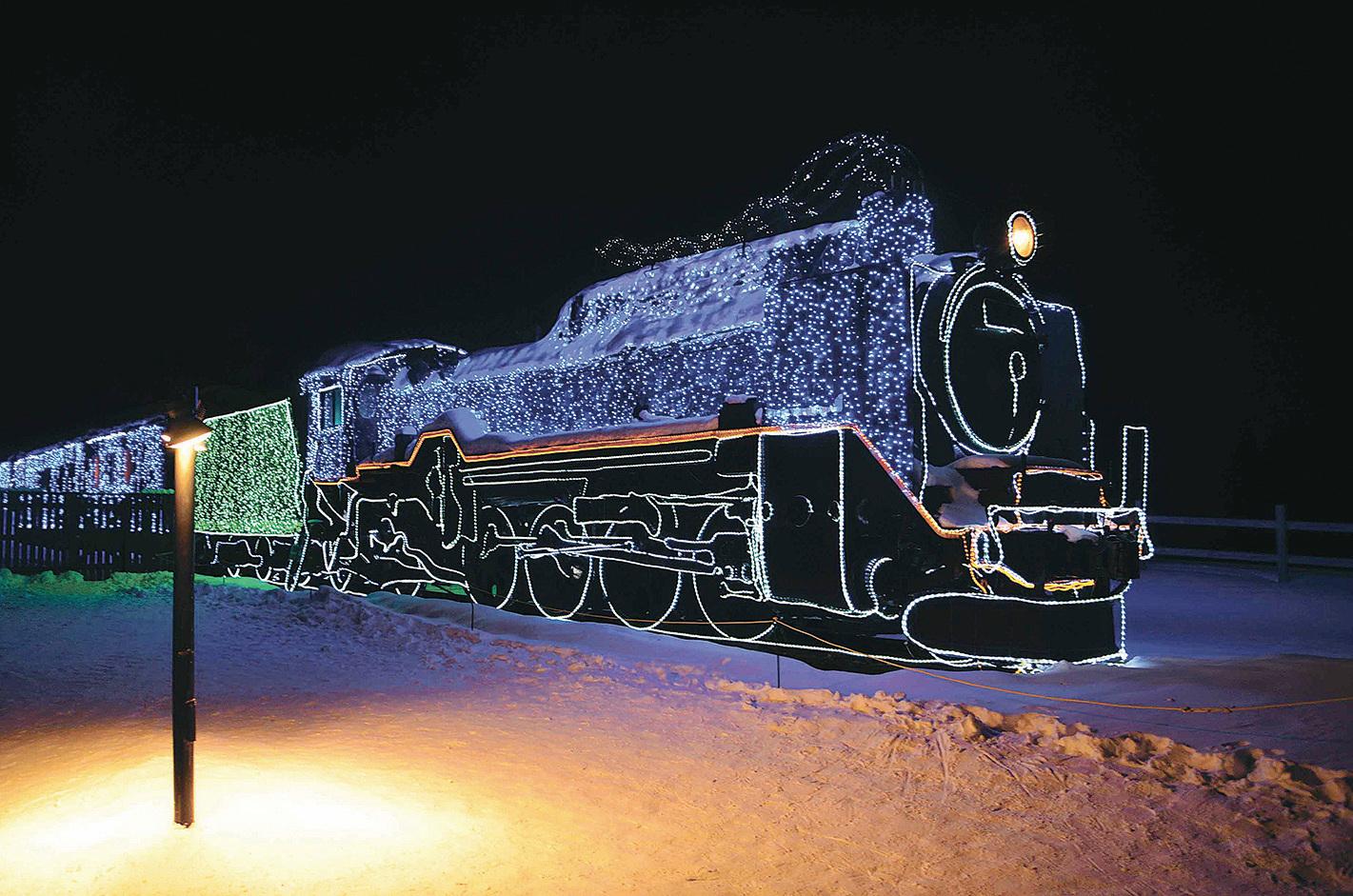 退役的蒸汽電單車改裝而成的燈飾。(倪君/大紀元)