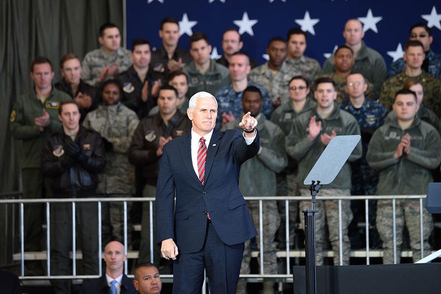 圖為2月8日,美國副總統彭斯在駐日美軍基地發表演說。(TORU YAMANAKA/AFP/Getty Images)