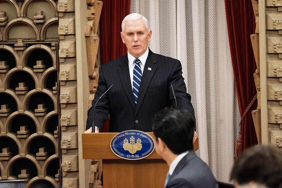 在南韓平昌冬奧會開幕前夕,美國副總統彭斯周三在日本宣佈,美國將對北韓實施最嚴厲的新制裁。(NICOLAS DATICHE/AFP/Getty Images)
