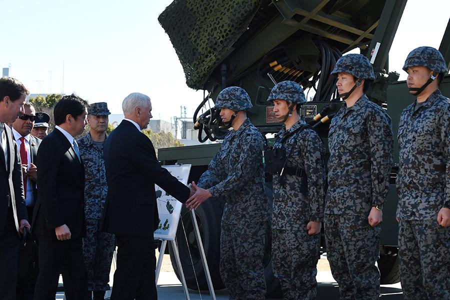 彭斯和日本自衛隊士兵握手。(KAZUHIRO NOGI/AFP/Getty Images)