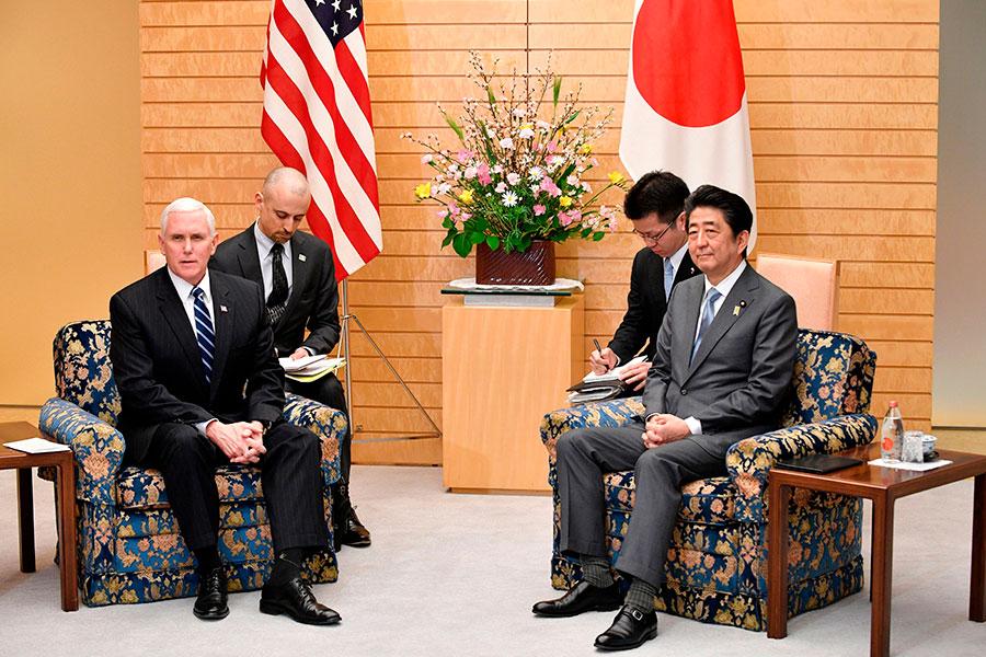 彭斯訪問日本說:「(美國)與日本和我們所有盟友一起,繼續加大我們的最大壓力,直到北韓採取具體步驟,實現完全、可核查及不可逆轉的無核化。」(FRANCK ROBICHON/AFP/Getty Images)