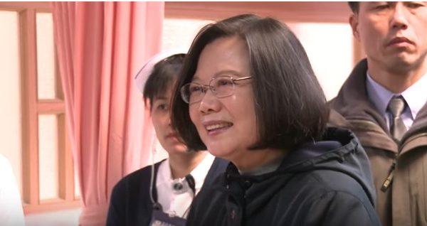 2月7日(星期三)上午台灣總統蔡英文去醫院的急診室看望受傷的災民。(視像擷圖)