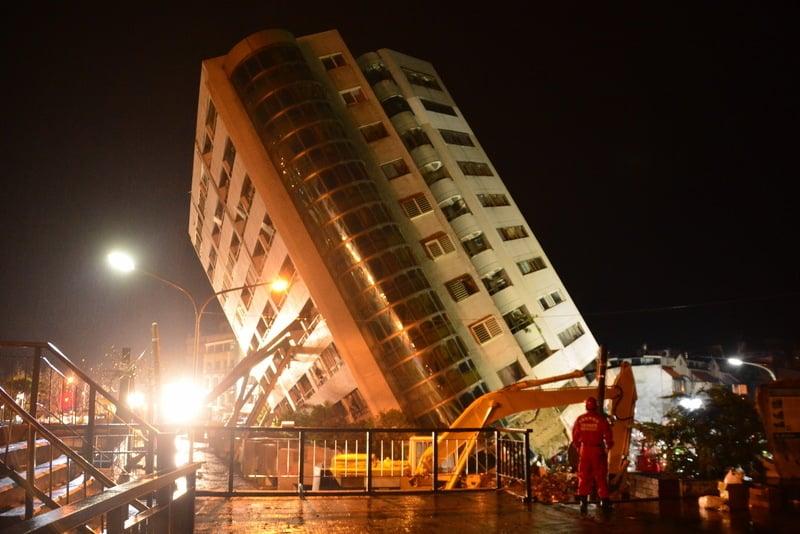 台灣花蓮大地震,搶救進度過了黃金24小時,2月8日凌晨仍漏夜搶救。雲門翠堤大樓嚴重傾斜,大樓為地上12樓、地下1樓的住商混合型大樓,歪斜聳立。(中央社)