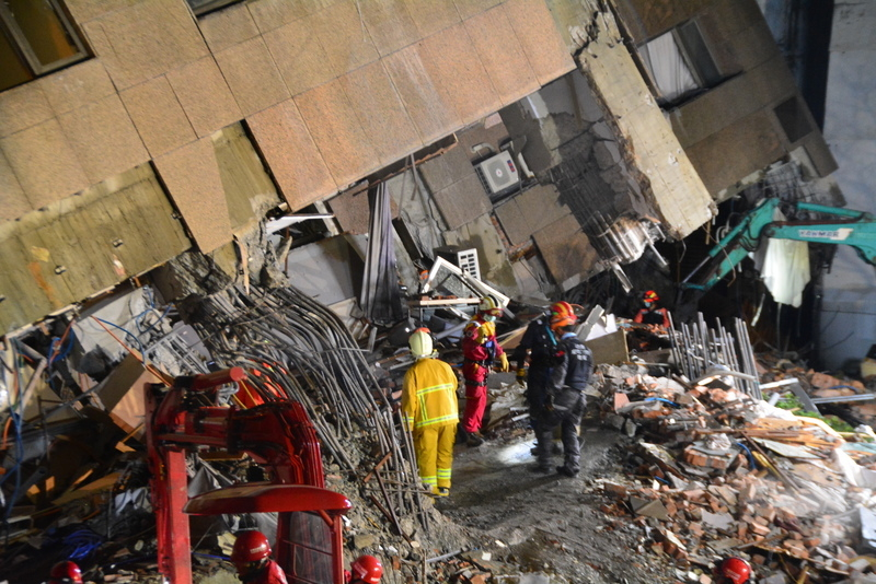 台灣花蓮地震,雲門翠堤大樓災區現場仍大小餘震不斷,救災人員2月8日凌晨確認現場狀況安全,再度派員入內搜救。旁邊就是整個攔腰折斷的鋼筋,或彎曲或折斷令人怵目驚心。(中央社)