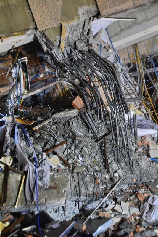台灣花蓮地震災區現場,救災人員2月8日凌晨再度派員入內搜救。整個攔腰折斷的水泥柱鋼筋(圖),或彎曲或折斷令人怵目驚心。(中央社)