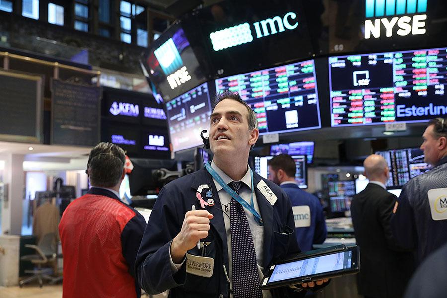 美國股市在星期一出現「閃崩」,蒸發了上萬億美元的市值。圖為美國紐約證券交易所。(Spencer Platt/Getty Images)