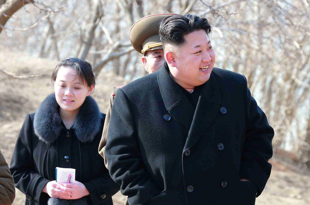 北韓領導人金正恩的妹妹金與正將於2月9日搭乘專機訪韓。圖為金正恩2015年視察部隊,金與正跟在身邊。(KNS/KCNA/AFP)
