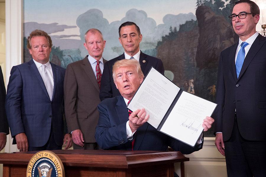 特朗普總統和他的團隊認識到,北京日益增大的勢力正在成為美國國家安全、經濟利益和世界霸主地位的威脅。作為回應,特朗普總統在通過擴大軍事存在,加強跟盟友的關係,對中共施加經濟壓力等方式,努力恢復美國霸權。(Chris Kleponis-Pool/Getty Images)