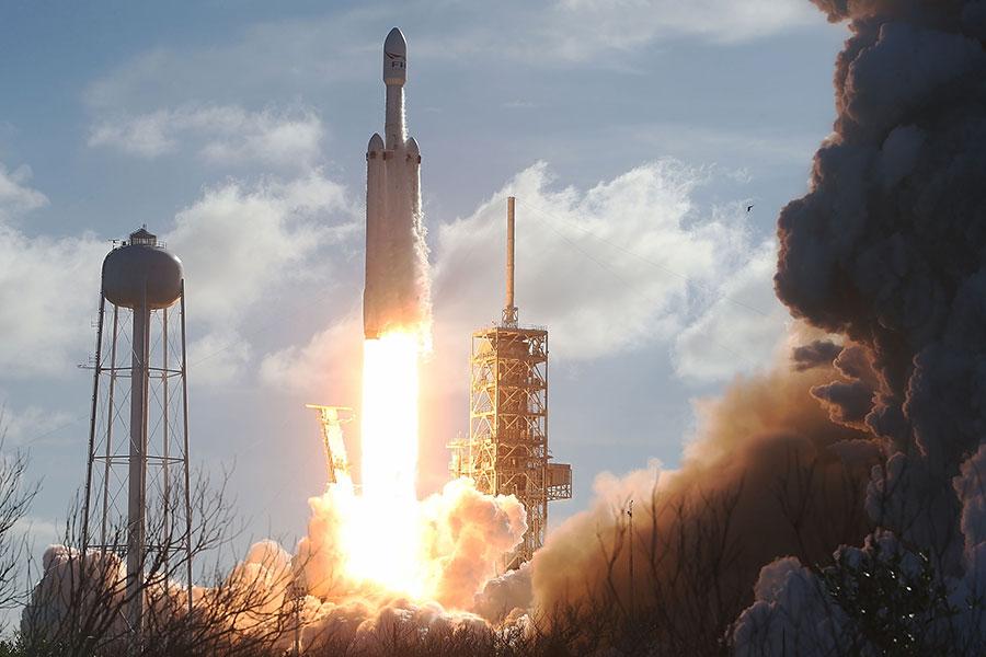 美國太空探索公司SpaceX周二成功發射世界上最強大的獵鷹重型火箭,送一輛特斯拉跑車進入太空軌道。(Joe Raedle/Getty Images)