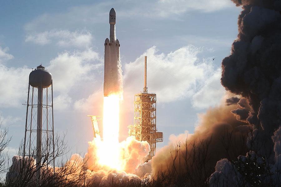 特斯拉開篷紅跑車帶你遨遊太空 飛往火星