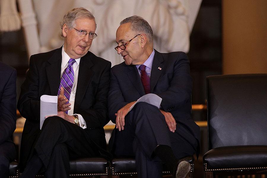 周三(2月7日),參議院多數黨領袖麥康奈爾(Mitch McConnell,圖左)和民主黨領袖舒默(Charles Schumer)達成兩年預算協議。(Alex Wong/Getty Images)