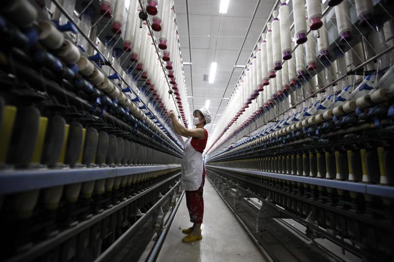 中共虛假的數據掩蓋了中國經濟的真相。圖為淮北一家紡織廠。(AFP)