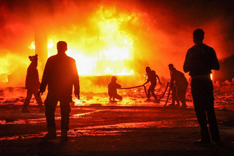 美國為首聯軍和聯軍支持的地方軍隊,重挫一場敘利亞政府軍策劃的大規模攻擊,敘利亞總統阿薩德(Bashar al-Assad)陣營逾100名武裝人員身亡。圖為敘利亞衝突一幕。(AMER ALHAMWE/AFP/Getty Images)
