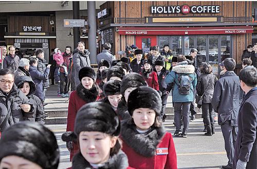 北韓規模龐大的女子啦啦隊。(AFP)