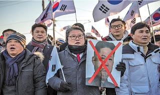 載有一百多名北韓演藝團的「萬景峰92號」周二抵達南韓東海市港口,大批南韓民眾抗議。(The Asahi Shimbun via Getty Images)