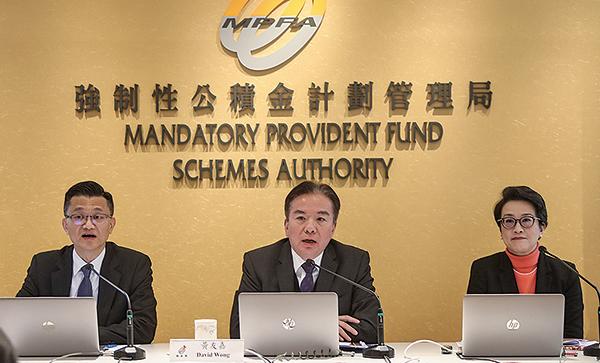 香港強積金局主席黃友嘉(中)表示,強積金是為退休所作的長遠投資,投資期長達三、四十年。(余鋼/大紀元)