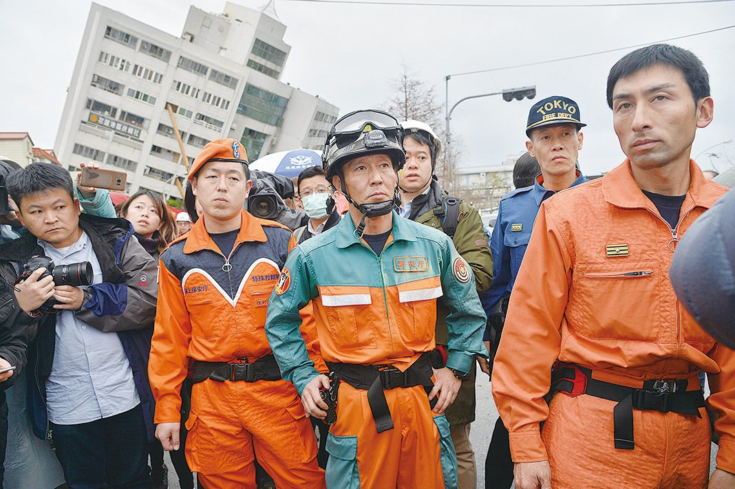 (上圖、下圖)台灣當局繼續在雲門翠堤大樓救援。(大紀元)