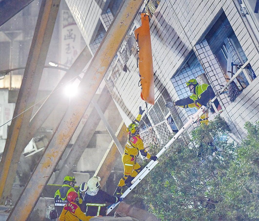 台灣當局繼續在雲門翠堤大樓搜索。(大紀元)