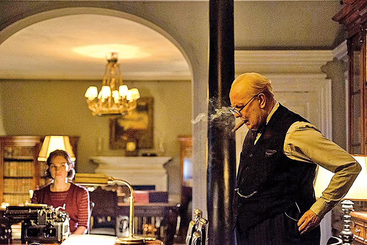 邱吉爾的妻子(Kristin Scott Thomas 飾)和打字員(Lily James飾),都在他最矛盾,即將妥協之際,給予他堅定的精神力量。(環球影業官方提供)