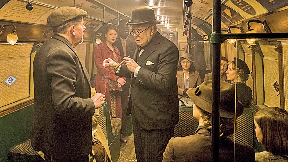 在地鐵裏,正義的市民對希特拉、對法西斯的絕不妥協給予邱吉爾莫大的力量。(網絡圖片)