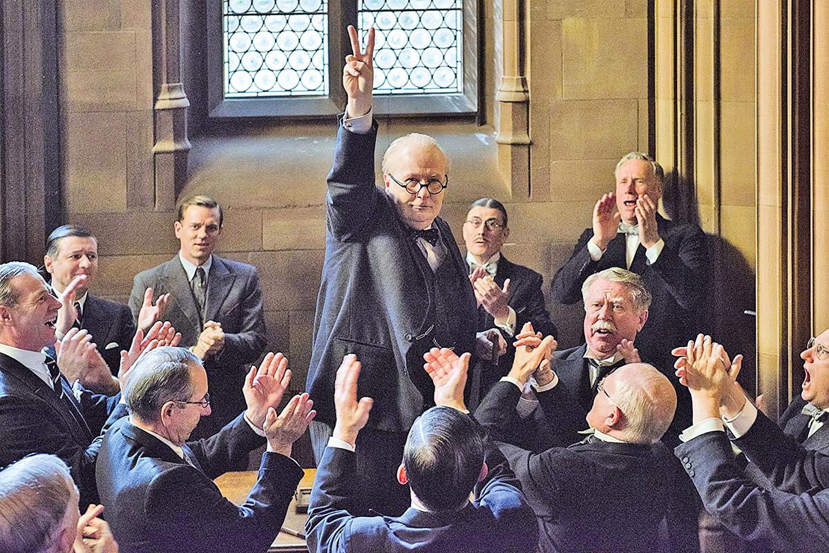 《黑暗對峙》的敘事基本由三幕劇組成,邱吉爾的四場重要演說貫穿著全片的起承轉合。圖為劇照。(環球影業官方提供)