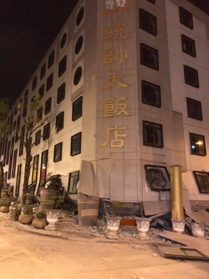 台灣花蓮市區統帥大飯店傾倒,傳出多人受困。(爆料公社)