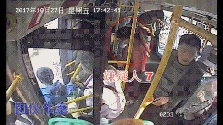 昆明一個盜竊團伙竟然同時有11個賊在一輛公交車內作案。(監控錄像)
