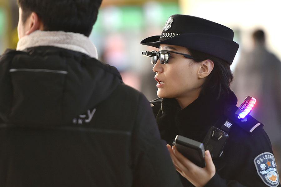 大陸出現人臉識別技術新應用。鄭州警方在鄭州東站用人臉識別墨鏡監控民眾。(AFP/Getty Images)