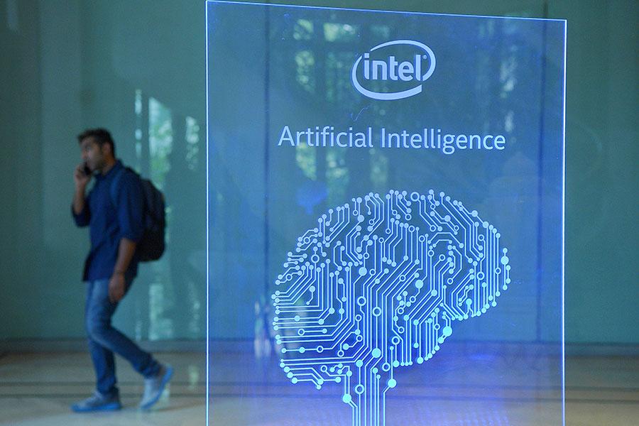 中共大規模投資人工智能領域,包括從晶片到算法。《科學》雜誌發表文章說,中共發展人工智能有著「陰險的一面」。圖為2017年4月一個行人經過人工智能標誌。(MANJUNATH KIRAN/AFP/Getty Images)