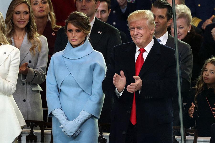 2017年1月20日,特朗普伉儷觀看就職典禮當天的遊行。(Patrick Smith/Getty Images)