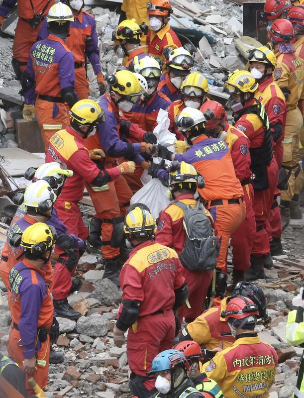 台灣花蓮強震造成花蓮市雲門翠堤大樓嚴重傾斜,2月9日下午搜救現場再發現加拿大籍香港夫婦兩人罹難,將兩人的遺體陸續運出。(中央社)