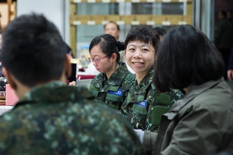 台灣總統蔡英文2月8日留宿花蓮,9日早上她和陸軍花東防衛指揮部的救災官兵們一起吃早餐。(蔡英文Facebook)