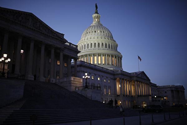 美國參議院周四(2月8日)未能在午夜前通過預算法案,使得政府再次陷入短暫停擺。但在周五凌晨不到2點,參議院以71對28票通過法案。接下來交由眾議院進行表決。(Aaron P. Bernstein/Getty Images)