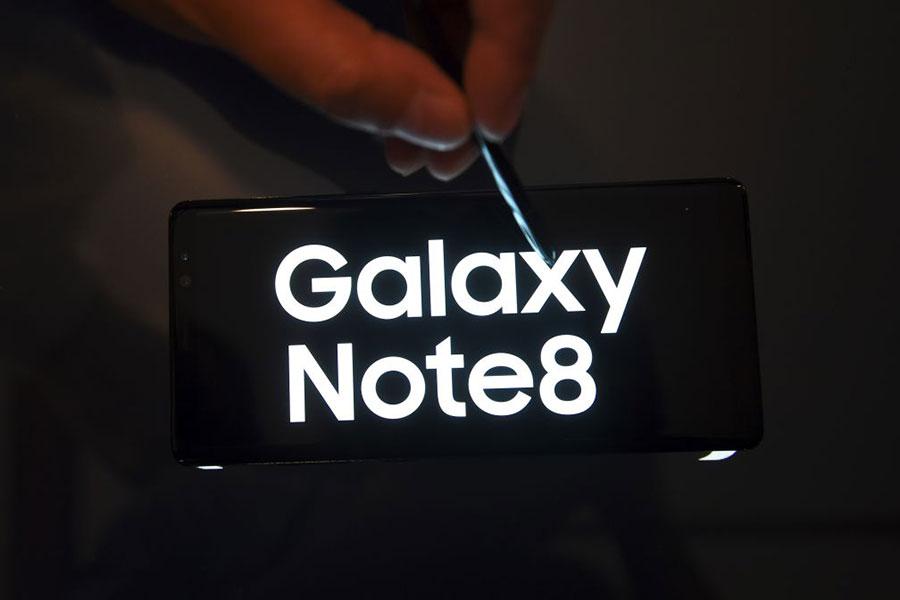Galaxy Note8限量版一部價值至少1000美元,是市場上最昂貴的手機系列之一。而聯合國制裁令則禁止向北韓和伊朗公民提供奢侈品。(JUNG YEON-JE/AFP/Getty Images)