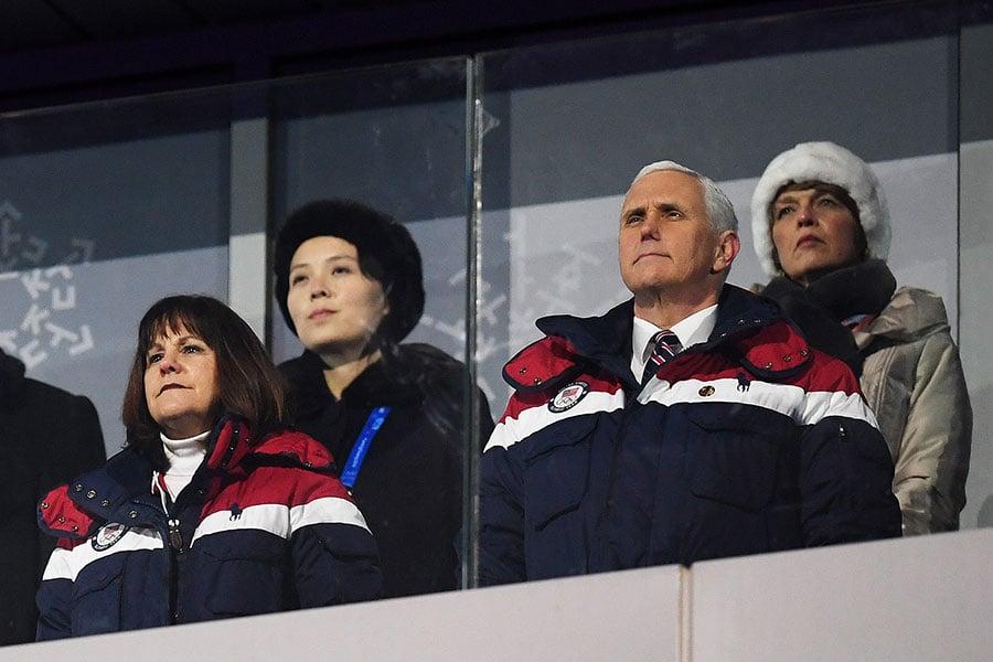 2018年2月9日,彭斯率代表團參加南韓冬奧會並會見南韓總統文在寅和日本首相安倍晉三,同時向北韓施壓。彭斯警告世界小心北韓借參加奧運展開的「魅惑攻勢」。圖為彭斯(前右一)與夫人出席南韓冬奧會開幕儀式,坐在其背後的為北韓領導人金正恩的胞妹、勞動黨中央委員會第一副部長金與正(後左一)。(Matthias Hangst/Getty Images)