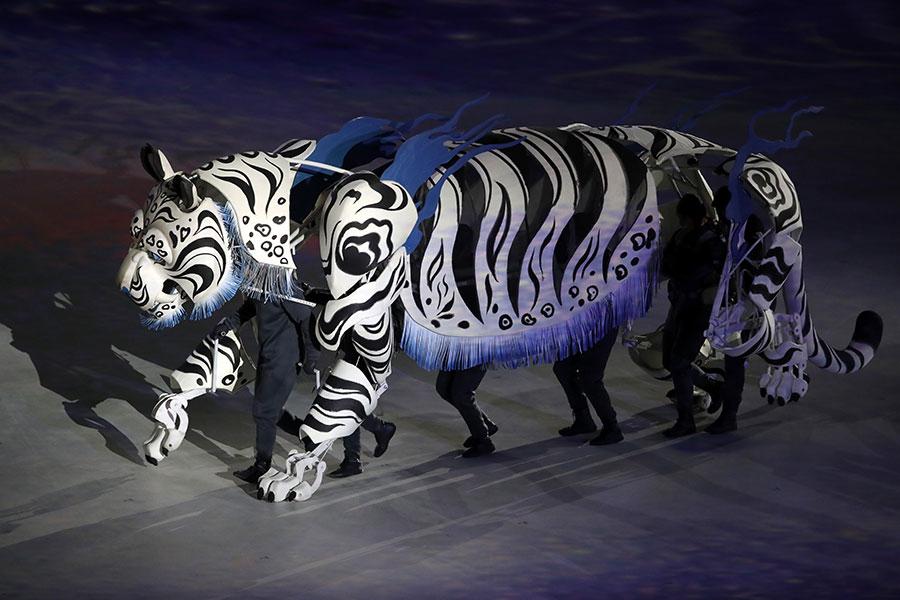 冬奧會開幕儀式的演出中,出現了傳說中的白虎。(Sean M. Haffey/Getty Images)