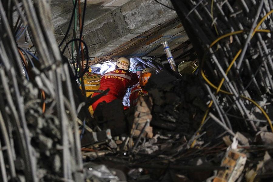 花蓮市雲門翠堤大樓嚴重傾塌,截至9日晚間仍有5名陸客失蹤,搜救人員天黑後仍穿梭大樓內外。 (中央社)