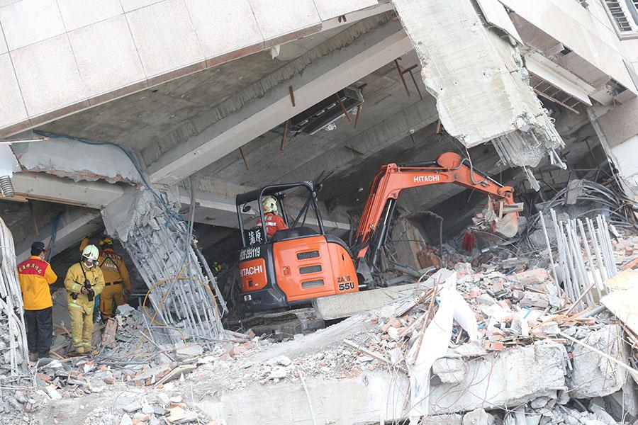 花蓮市雲門翠堤大樓嚴重傾斜,多人罹難,9日下午仍有多人失蹤,現場派遣重機具展開初步作業。(中央社)