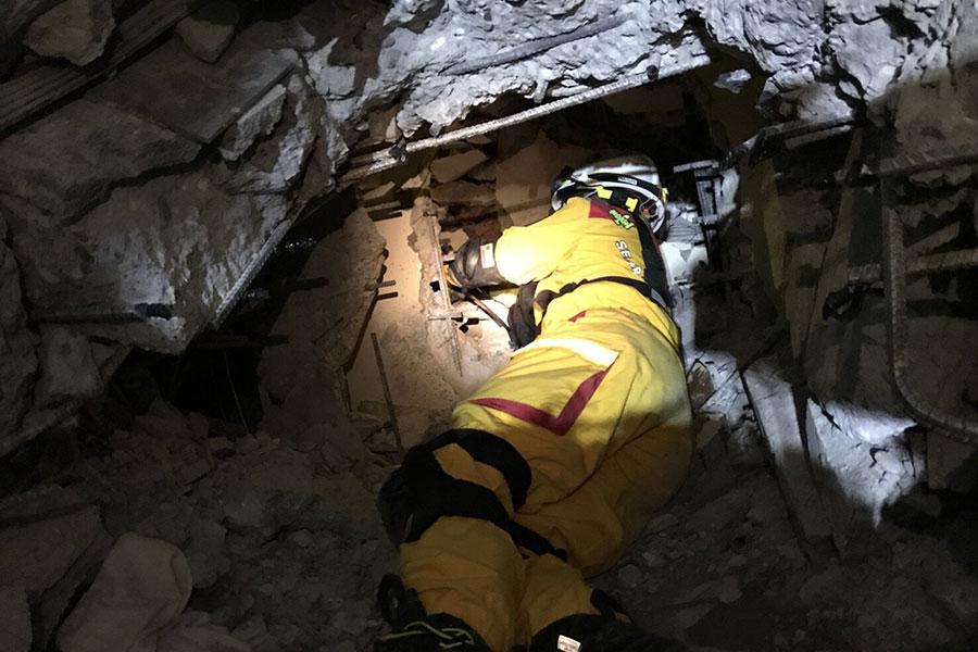 花蓮市雲門翠堤大樓內截至9日晚間仍有5名陸客失蹤,搜救人員在嚴重變形的建物中執行搜索任務。(中央社)