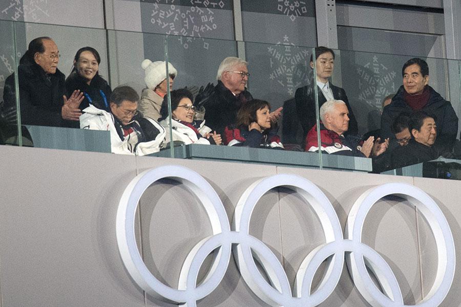 奧會開幕儀式的看台上,彭斯(前排右二)坐在前面,金與正(後排左二)和金永南(後排左一)坐在相隔幾個座位的後排,但彭斯沒有看他們,更沒有任何其它互動。(Carl Court/Getty Images)