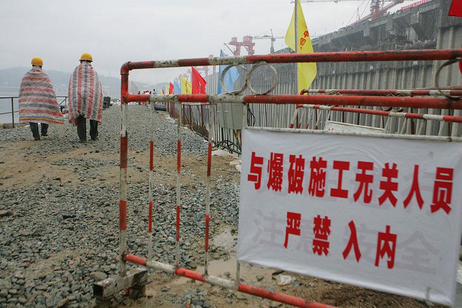 圖為工程人員在巡視三峽大壩爆破圍堰的情況。(China Photos/Getty Images)