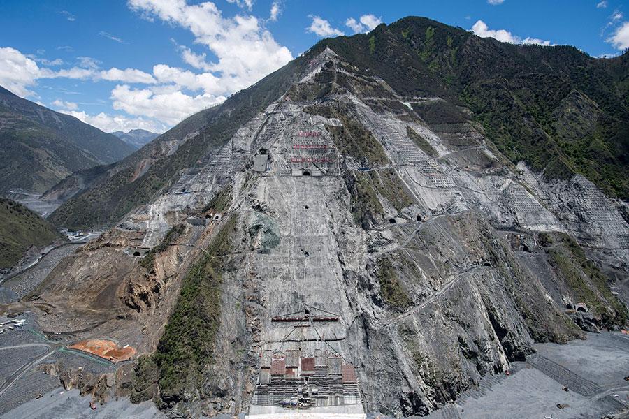 圖為四川河口市一座遭過度開墾的大山,工地吞噬了3條河流。(JOHANNES EISELE/AFP/Getty Images)