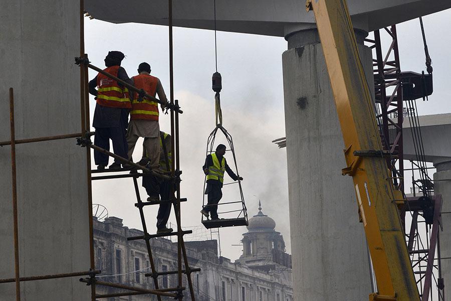 中共所推出的「一帶一路」項目,可顯著增加眾多小國的債務。圖為巴基斯坦進行鐵路興建。(ARIF ALI/AFP/Getty Images)
