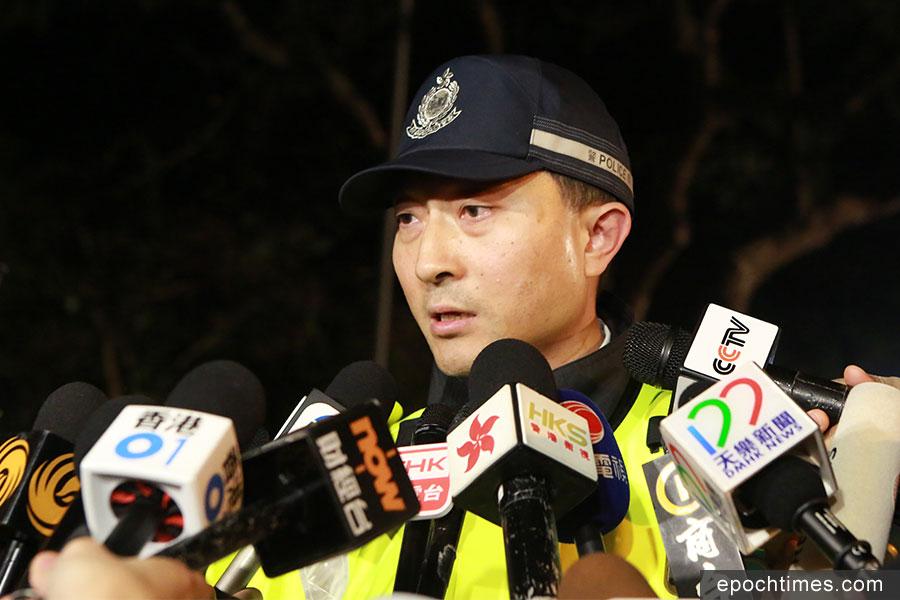 警務處新界北總區交通部高級警司李志偉在現場講解車禍情況。(陳仲明/大紀元)
