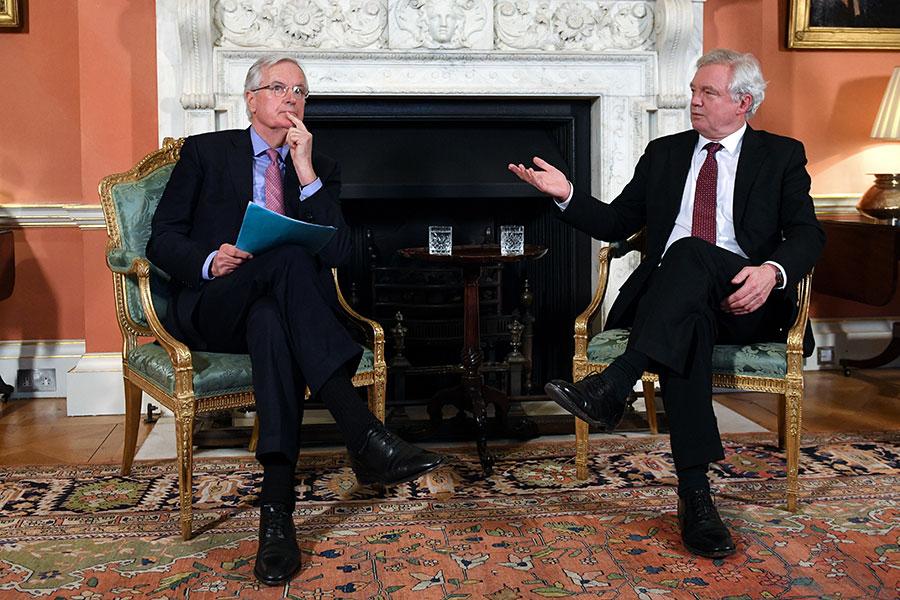 英國脫歐大臣戴德偉(右)在首相府內與歐盟首席談判官巴尼耶會面。(STEFAN ROUSSEAU/AFP/Getty Images)