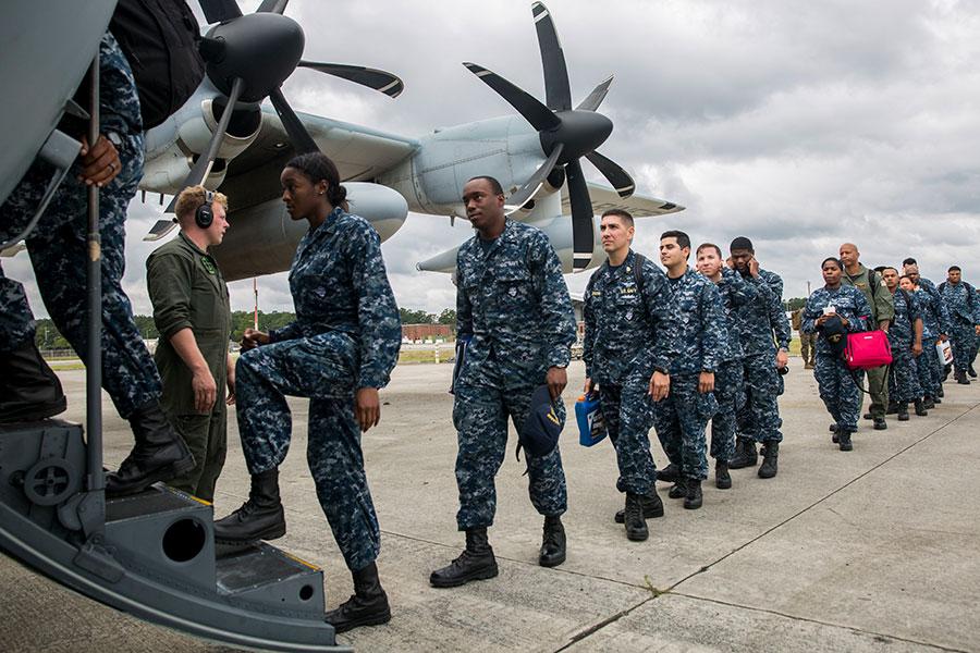美國海軍司令內勒於2018年2月9日表示,日前美國國家安全策略報告將中俄列為戰略挑戰競爭對手後,政府計劃增派重武裝的海軍陸戰隊遠征部隊加強亞洲部署以制衡中共。本圖為美國海軍陸戰隊第26支遠征部隊,正登機前往海外執行任務。(Lance Cpl. Cody J. Ohira/U.S. Marine Corps/ Getty Images)