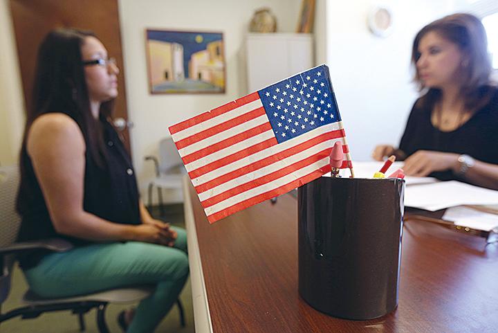 2015年有近73萬人成為美國公民,要歸化美國籍之前,都要通過公民考試。圖為一名哥倫比亞移民,在美國移民局紐約皇后區辦公室接受公民考試。(Getty Images)