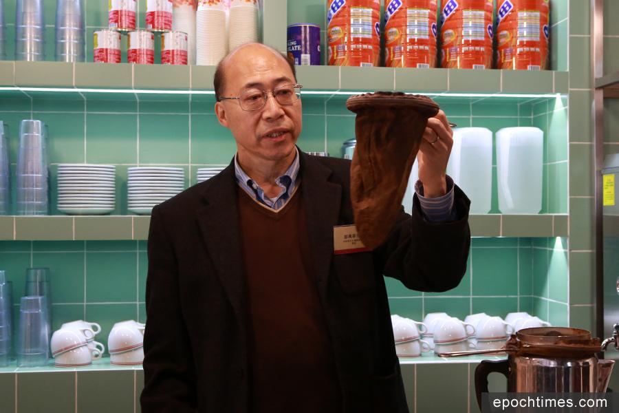 三棟屋博物館自2月11日起舉辦「口傳心授系列II:香港非物質文化遺產代表作名錄」展覽。圖為港式奶茶展品。(陳仲明/大紀元)