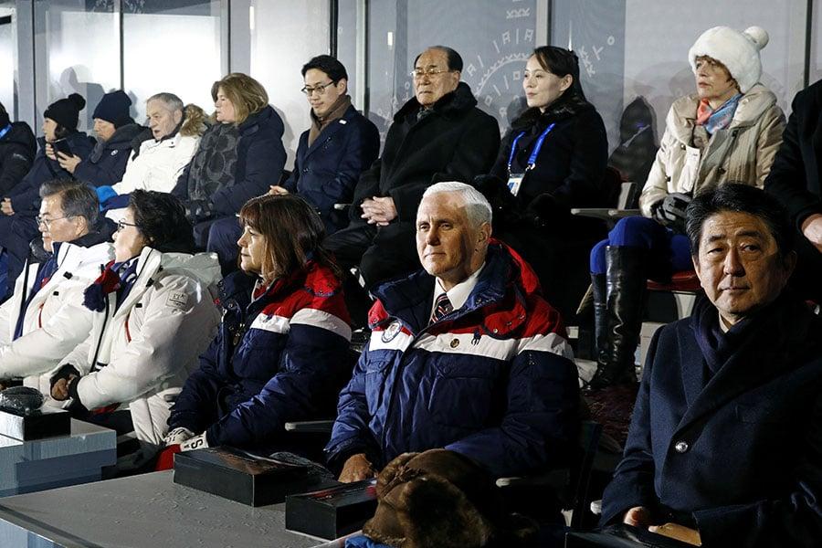 彭斯夫婦都身著美國國家隊紅、白、藍相間的冬季外套,沒有和坐在後排的北韓代表團互動。(Patrick Semansky – Pool /Getty Images)